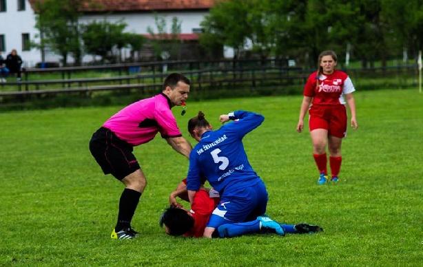 بالصور..إيقاف لاعبة مدى الحياة إثر اعتدائها على منافستها بطريقة وحشية