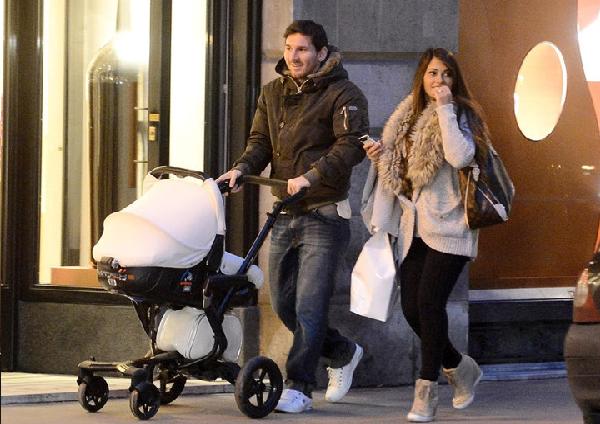 بالصور..ميسي يعلن زواجه من أنتونيلا روكوزو بعد أن أنجب منها طفلين