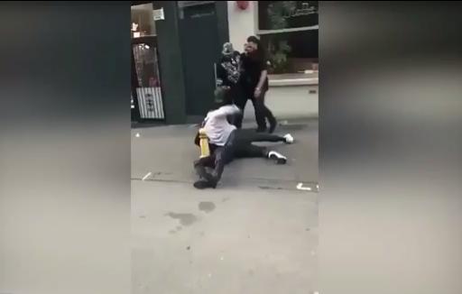 بالفيديو.. لاعب مانشستر سيتي يعتدي بوحشية على رجل في الشارع!