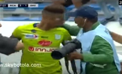 بالفيديو.. لاعب مغربي يحاول الاعتداء على مصور
