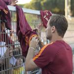 """بالفيديو.. روما يودع الأسطورة  توتي بقميص خاص و""""سيلفي"""" مع الجماهير"""