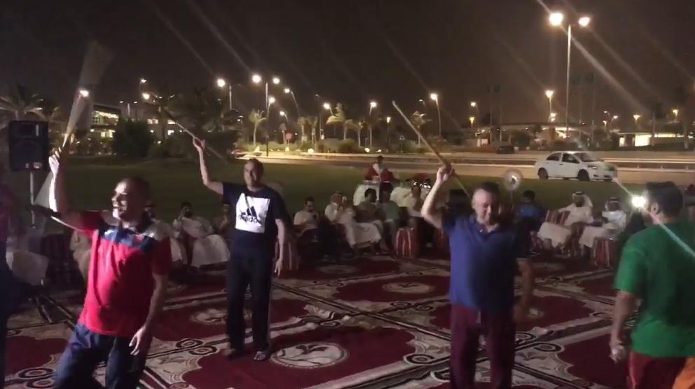 """بالفيديو: شاهد  """"عادل عزت""""  يشارك في حفلة غنائية ويؤدي رقصة المزمار بملعب الجوهرة !"""