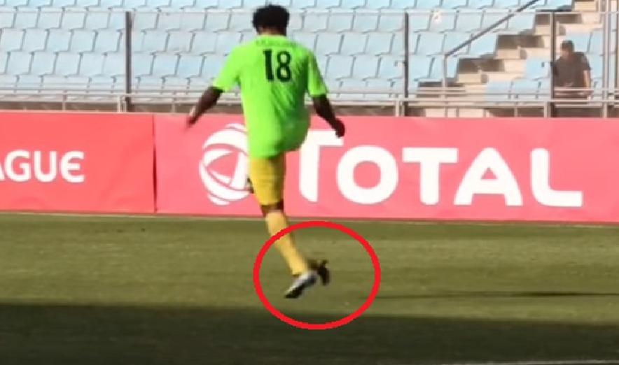 بالفيديو..في تصرف لا إنساني لاعب كونغولي يركل طائرا بالملعب
