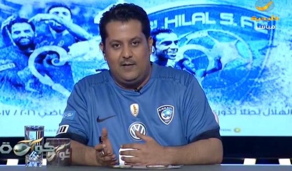 بالفيديو..تركي العجمة يقدم برنامجه بقميص نادي الهلال السعودي.. تعرف على السبب!