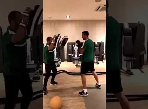 بالفيديو..لاعب الاهلي عمر السومه يلعب ملاكمة