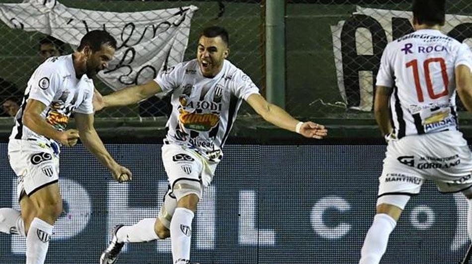 """بالفيديو..اعتراف لاعب أرجنتيني بـ""""وخز"""" منافسيه بالـ""""إبرة"""" يثير غضبًا واسعًا"""