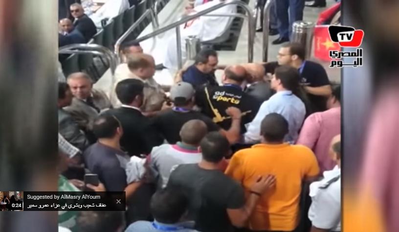 بالفيديو.. مشاجرة في مباراة الهلال والمريخ السوداني بسبب مجدي عبدالغني