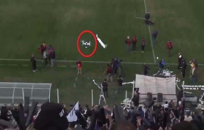 بالفيديو..أحد المشجعين يسقط طائرة درون أثناء المباراة