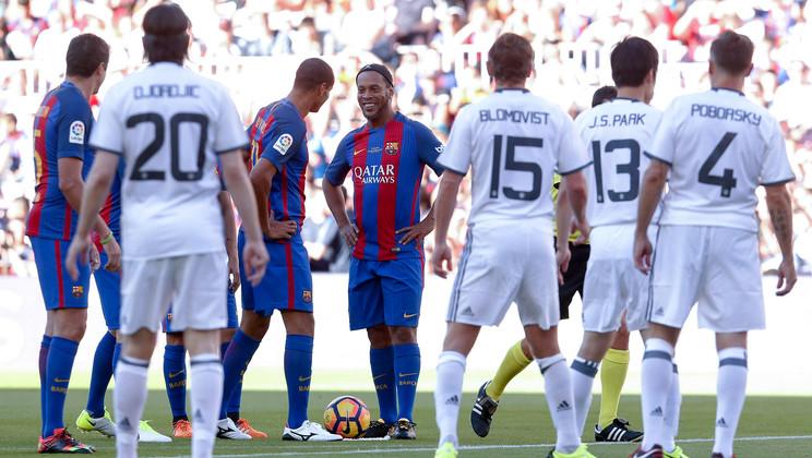 بالفيديو..أساطير يونايتد يهزمون برشلونة ليلة عودة رونالدينيو