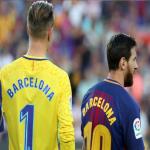 """مشجع خليجي يلفت الانتباه بهذه اللافتة خلال مباراة برشلونة وريال بيتيس """"صورة"""""""