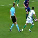 بالفيديو.. لقطة غريبة.. الحكم يعرقل لاعب ريال بيتيس خلال هجمة واعدة لبرشلونة