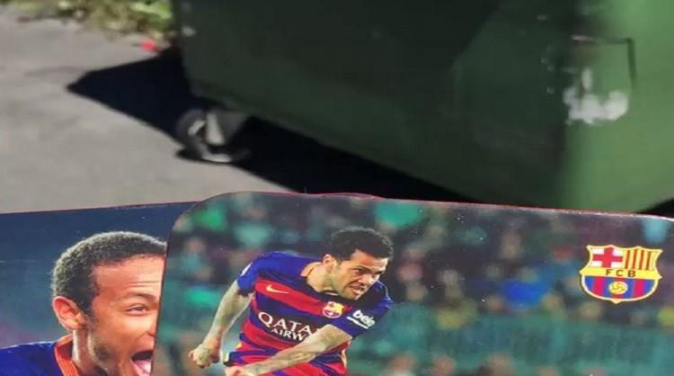 بالفيديو .. مشجع برشلوني يلقي صور نيمار وألفيس في صندوق النفايات!