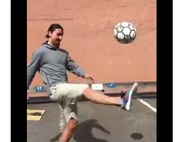 بالفيديو.. إبراهيموفيتش يعود إلى الكرة باستعراض في شوارع ستوكهولم
