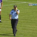 شاهد:شرطي ينسى نفسه وينزل وسط الملعب أثناء اللعب وهو يتحدث بجواله!
