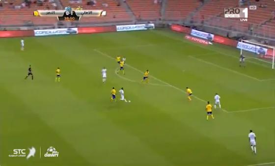بالفيديو.. ليوناردو دي سوزا يضيع كرة بعد تمريرة مميزة من وليد باخشوين