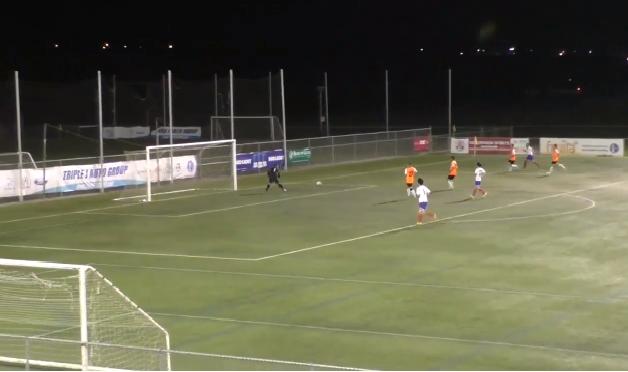 بالفيديو.. حارس يهدي الفريق المنافس هدفا بخطأ غريب!