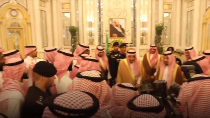 """شاهد.. الملك سلمان يمازح لاعبي المنتخب:""""بلعب معكم بعدين.. كنا لاعبين كورة زمان"""""""