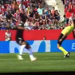 """بالفيديو.. حكم إسباني يتجنب لمس الكرة بحركة """"ماتريكس""""!"""