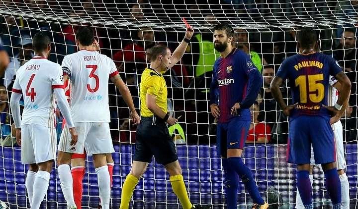 بالفيديو .. لحظة طرد بيكيه في مباراة برشلونة وأولمبياكوس