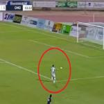 بالفيديو.. لاعب ينفرد بالمرمى الخالي ويهدر الهدف بطريقة صادمة!