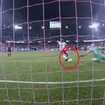 بالفيديو .. حارس مرمى يتصدى لكرة بطريقة خيالية!