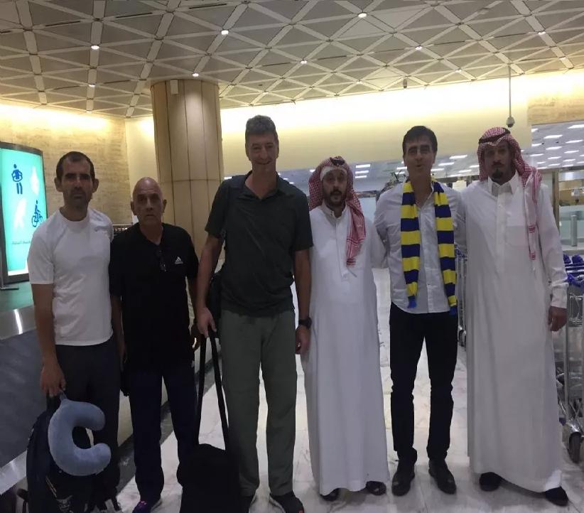 بالصور والفيديو.. مدرب النصر الجديد جوستافو كوينتيروس يصل الرياض