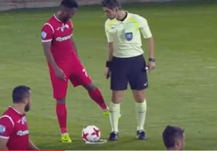 بالفيديو..لاعب يمسح قدمه في ساق الحكم ويحرز هدفًا عالميًا