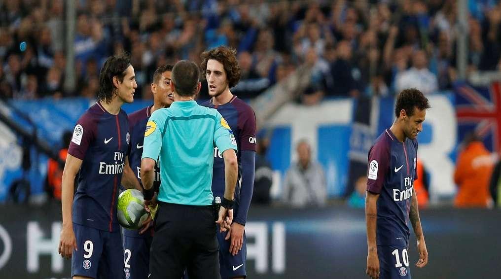 بالفيديو..رشق نيمار بزجاجات فارغة خلال مباراة باريس سان جيرمان ومارسيليا