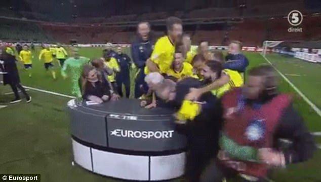 بالصور والفيديو:  احتفال غريب من لاعبي السويد بعد التأهل للمونديال..شاهد كيف قاموا بتحطيم الاستديو التحليلي!