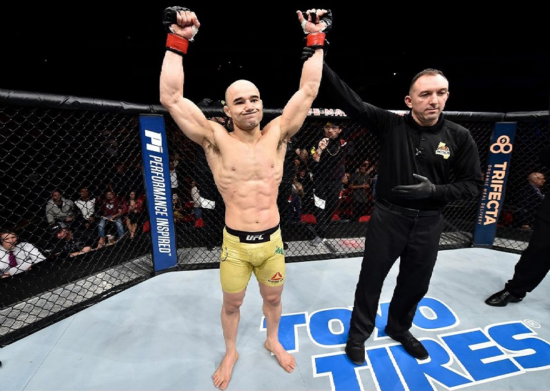 بالفيديو.. مصارع يقضي على منافسه في UFC خلال 67 ثانية