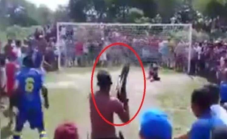 بالفيديو.. لاعب ينفذ ركلة جزاء تحت تهديد السلاح!