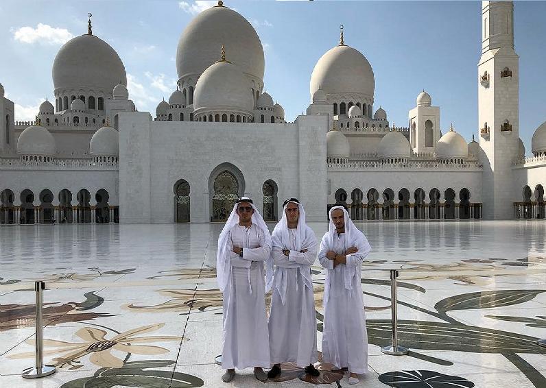 بالصور.. لاعبو ريال مدريد يستمتعون بزيارة معالم أبوظبي وفاسكيز باللباس العربي