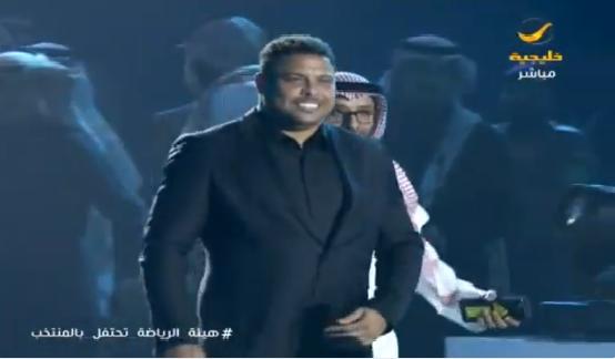 بالفيديو.. أساطير كرة القدم في العالم يجتمعون بالرياض تكريما لنجوم المنتخب السعودي !