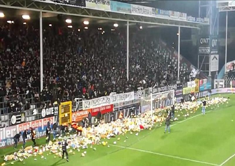 بالفيديو.. جماهير بلجيكية تُعطل مباراة لأسباب إنسانية