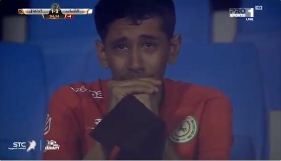 شاهد..  مشجع اتفاقي يبكي بعد خسارة فريقه من الشباب.. ومغرد: الدموع أربع أربع!