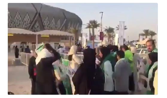 شاهد.. لحظة دخول العوائل إلى ملعب الجوهرة لحضور مباراة الأهلي والباطن!