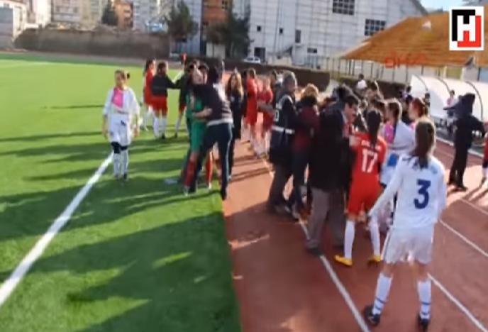 بالفيديو..عراك عنيف بين لاعبات الكرة في الدوري التركي
