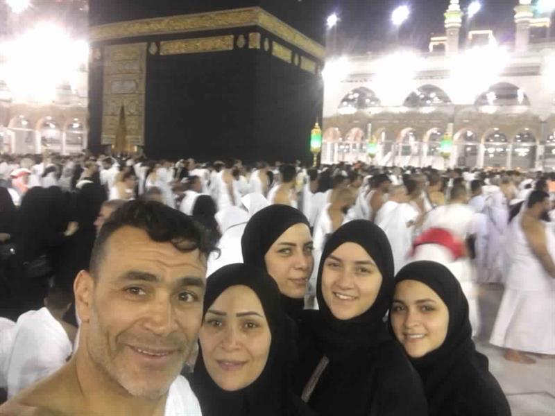 شاهد.. عصام الحضري يؤدي مناسك العمرة برفقة زوجته وبناته