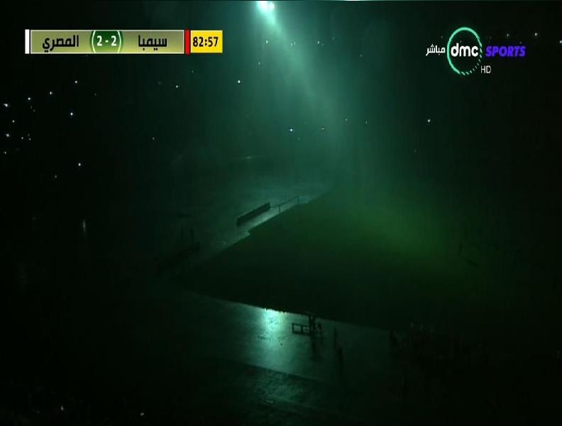شاهد.. أمطار غزيرة تغرق ملعباً بتنزانيا وتسبب في قطع الكهرباء.. والحكم يصرّ على إكمال المباراة