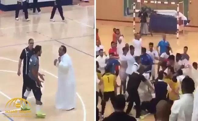 شاهد .. هوشة جماعية بين اللاعبين والجمهور وضرب حكم المباراة بالكويت