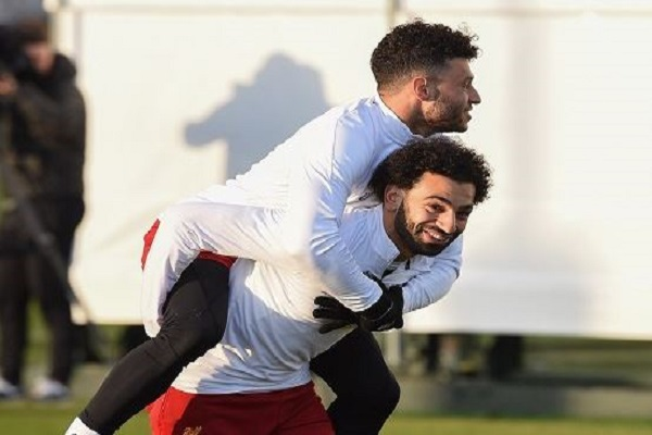 بعد تأكد غيابه عن كأس العالم.. صلاح يواسي تشامبرلين بطريقته الخاصة