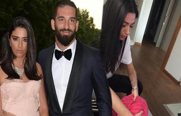 شاهد: لاعب تركي ينشر صورة لزوجته وهي تغسل قدميه.. وتثير ضجة كبيرة على مواقع التواصل