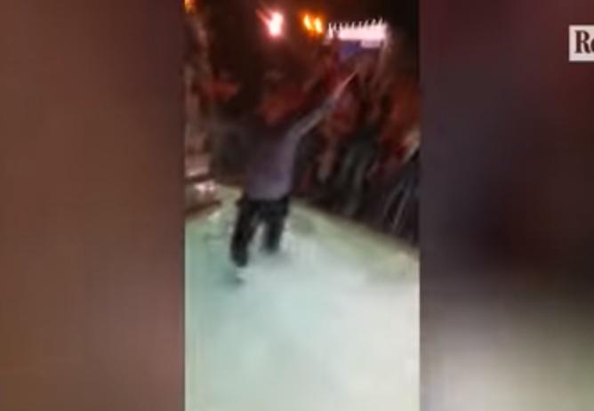 """بالفيديو.. قفزة رئيس نادي روما في نافورة بعد الفوز على برشلونة تكلفه """"أموالًا كثيرة"""""""