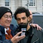 شاهد.. كيف يتعامل محمد صلاح مع من يريد التقاط صورة معه؟