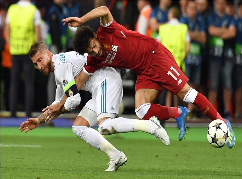 شاهد.. هل تعمّد سيرجيو راموس إصابة محمد صلاح خلال مباراة ريال مدريد وليفربول؟