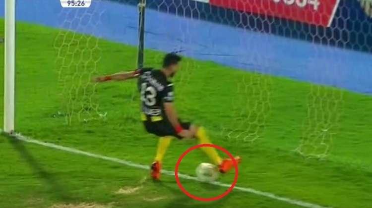 """شاهد.. لاعب مصري ينقذ مرمى فريقه من هدف محقق """"بالكعب"""""""