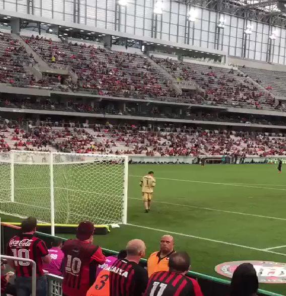 بالفيديو.. حارس مرمى يتفقد جواله خلال المباراة على أرض الملعب