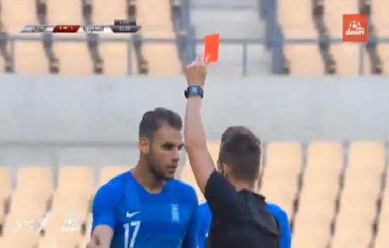 شاهد.. لحظة طرد مدافع المنتخب اليوناني