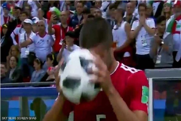 بالفيديو.. شاهد لحظة محرجة للاعب إيراني بمباراة أسبانيا