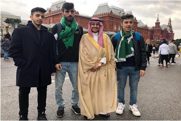 بالفيديو.. مشجعان في موسكو بالبشت والثوب والعقال يبرران سبب اختيارهما